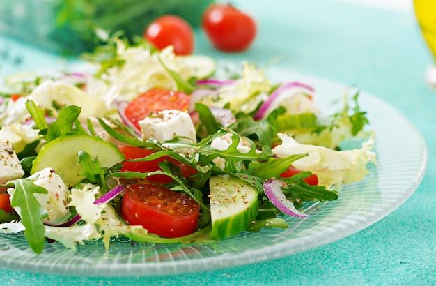 新鮮な野菜のサラダ-ギリシャ風トマト、キュウリ、フェタチーズ