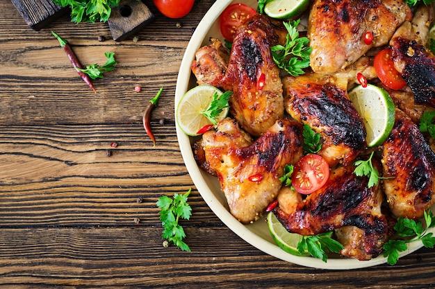 Куриные крылышки барбекю в кисло-сладком соусе. пикник. летнее меню. вкусная еда. вид сверху. плоская планировка