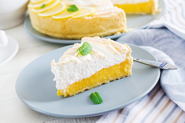 Пирог с лимонным творогом и безе
