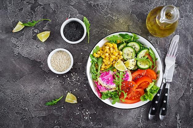 Чаша со свежими сырыми овощами