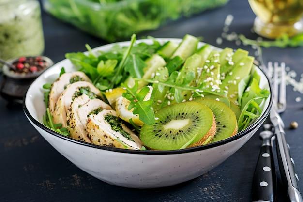 Блюдо «чаша будды» с куриным филе, авокадо, огурцом, салатом из свежей рукколы и кунжутом. детокс и здоровая кето диета чаша концепции. накладные расходы
