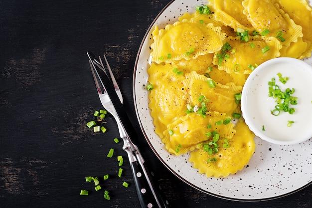 Равиоли со шпинатом и сыром рикотта.