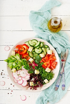 新鮮な野菜と緑のハーブのサラダをミックスします。上面図