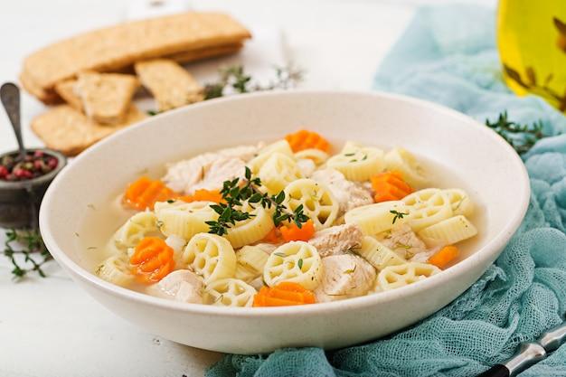 七面鳥または鶏ムネ肉のパスタルオテとハーブ入りの栄養スープ