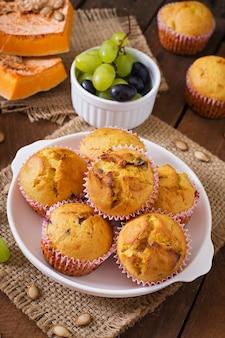 Аппетитные и румяные кексы с тыквой и виноградом