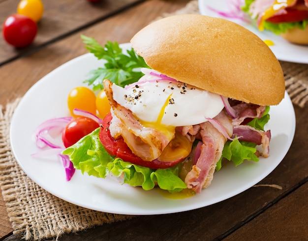 ベーコンとポーチドエッグのサンドイッチ