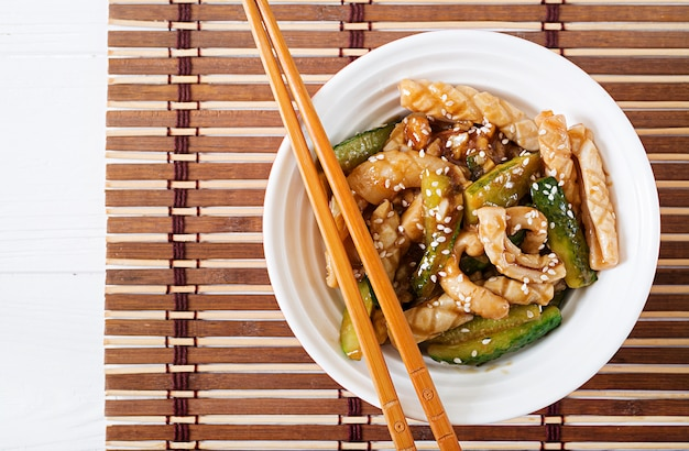 イカとキュウリの甘酸っぱいソースのタイ風スパイシーサラダ。アジア料理。 。
