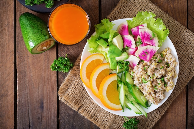 Овсяная каша с овощами (огурец, авокадо, дайкон) и апельсином