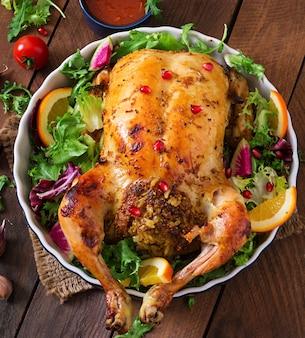 Запеченная курица, фаршированная рисом, на праздничный обед на праздничном столе