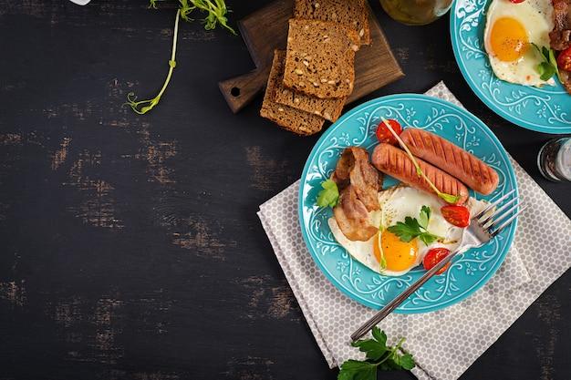 イングリッシュブレックファースト-目玉焼き、トマト、ソーセージ、ベーコン。上面図