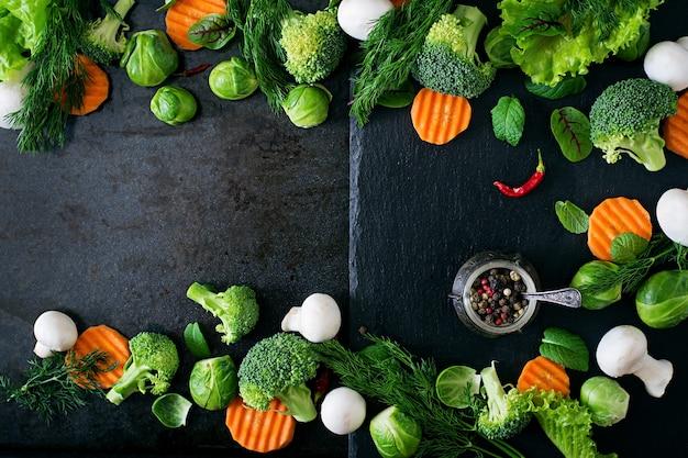 健康的な食事のための新鮮な野菜。ベジタリアンフード。上面図