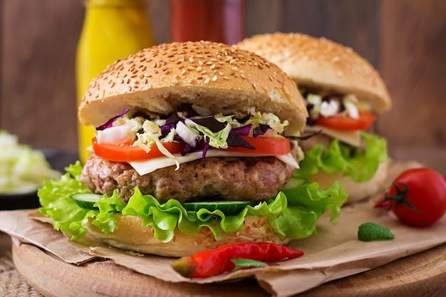 ジューシーなハンバーガー、チーズ、キャベツのミックスサンドイッチハンバーガー
