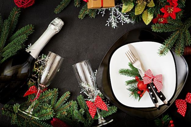クリスマステーブルの上の伝統的な食器。平干し。上面図