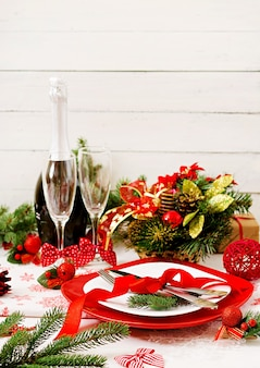 クリスマステーブルの上の伝統的な食器
