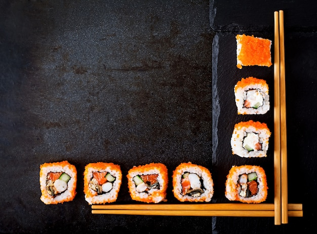 伝統的な日本食-寿司、ロール寿司、寿司の箸。上面図