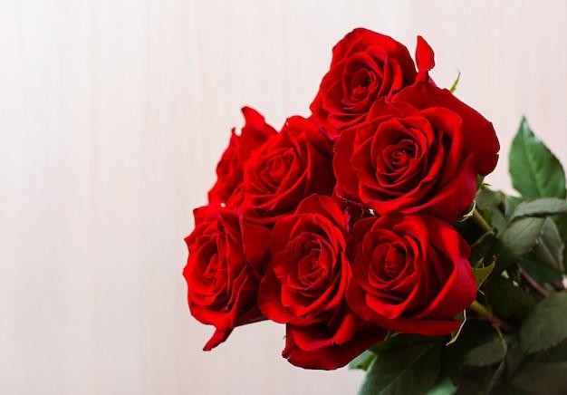 バレンタインの日に赤いバラの花束