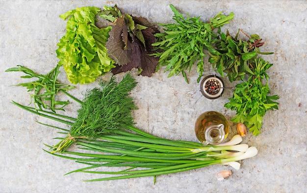 さまざまな新鮮なオーガニックハーブ(レタス、ルッコラ、ディル、ミント、レッドレタス、タマネギ)。上面図