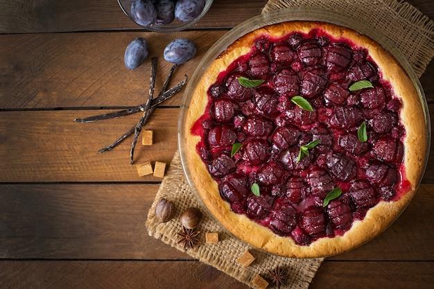 新鮮なプラムとラズベリーのおいしいケーキ