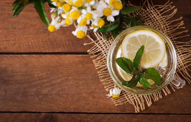 レモンとミントのカモミールティー。ハーブティー。食事メニュー。適切な栄養。上面図