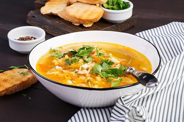 Суп из красной чечевицы с куриным мясом и овощами крупным планом на столе. здоровая пища.