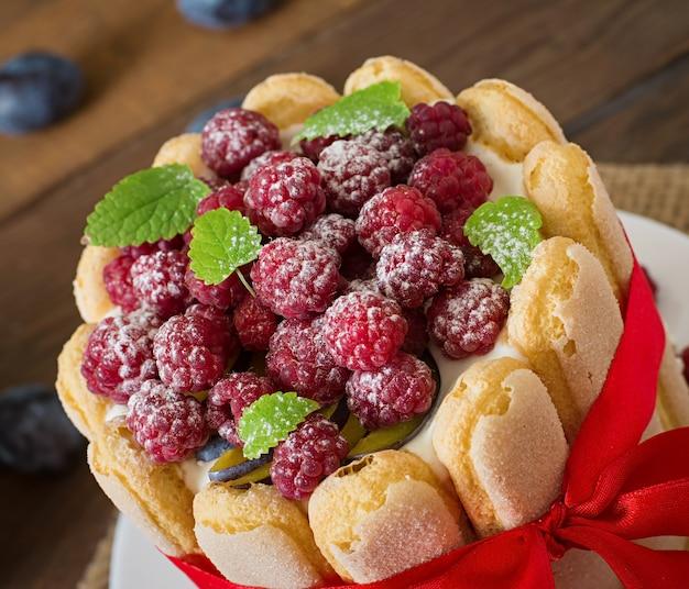 ラズベリーとプラムのケーキ「シャーロット」。