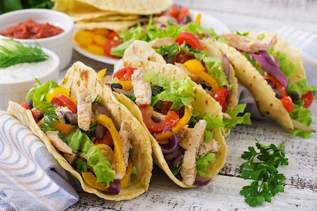 メキシコのタコス、チキン、ピーマン、黒豆、新鮮な野菜