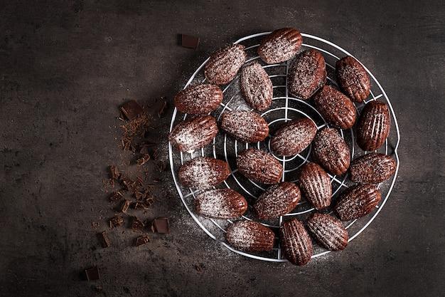 暗いテーブルの上のチョコレートクッキー