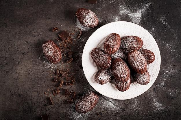 黒いテーブルの上のチョコレートクッキー