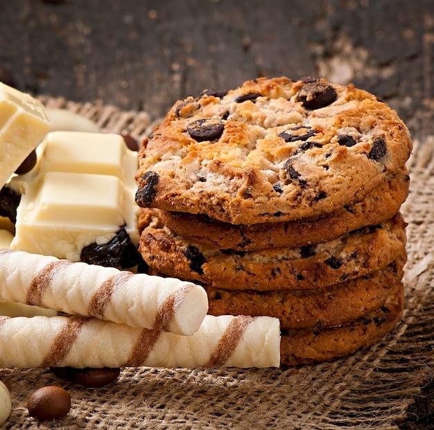 Белый шоколад, миндаль и печенье на деревянной поверхности