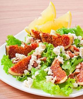 イチジク、チーズ、クルミのグリーンサラダ