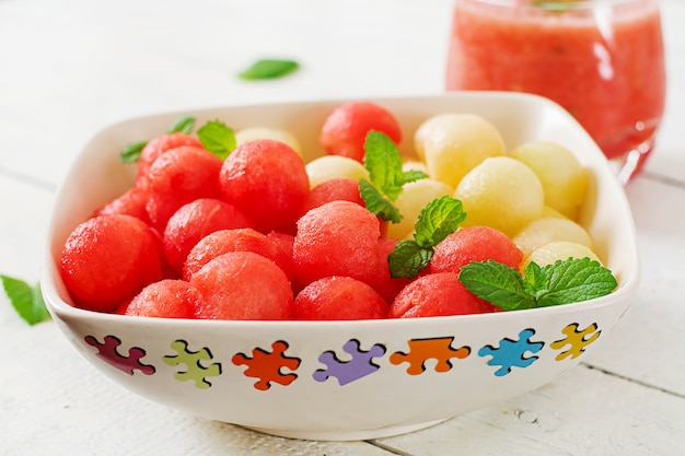 Красочный фруктовый салат. салат из арбуза и дыни. свежая летняя еда.