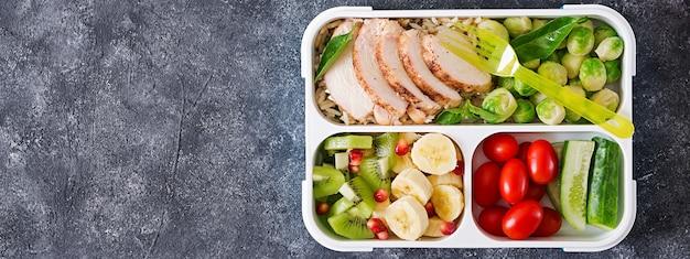 野菜と果物が入ったヘルシーな緑の食事準備容器