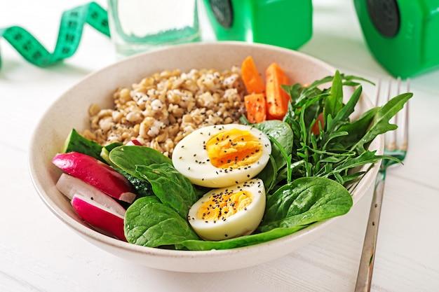 コンセプトの健康食品とスポーツライフスタイル。ベジタリアンランチ。健康的な朝食。適切な栄養。