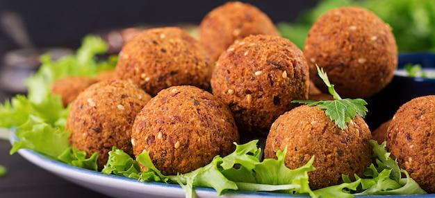 ファラフェル、フムス、ピタ。暗いテーブルで中東料理またはアラビア料理