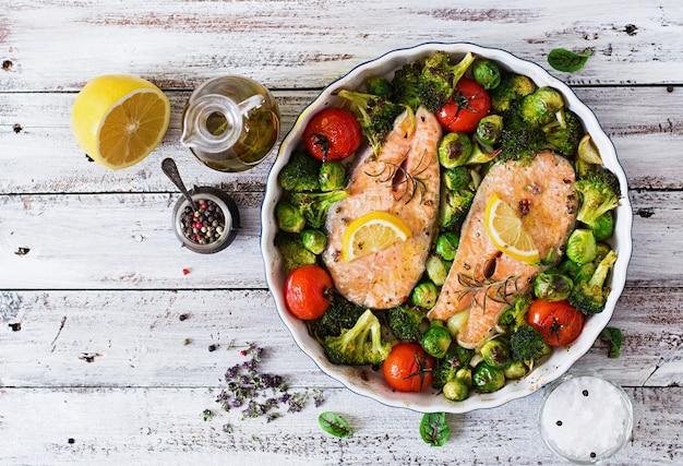 野菜と焼きサーモンステーキ。ダイエットメニュー。上面図