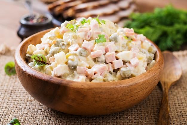 伝統的なロシア風サラダ「オリビエ」