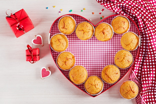 かぼちゃのマフィン。バレンタインデーの装飾が施されたカップケーキ。平干し。上面図。