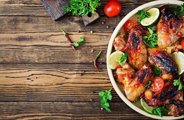 Куриные крылышки гриль в кисло-сладком соусе. пикник. летнее меню. вкусная еда. вид сверху. плоская планировка