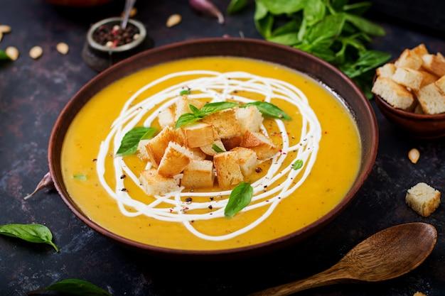 Крем-суп из тыквы со сметанным соусом