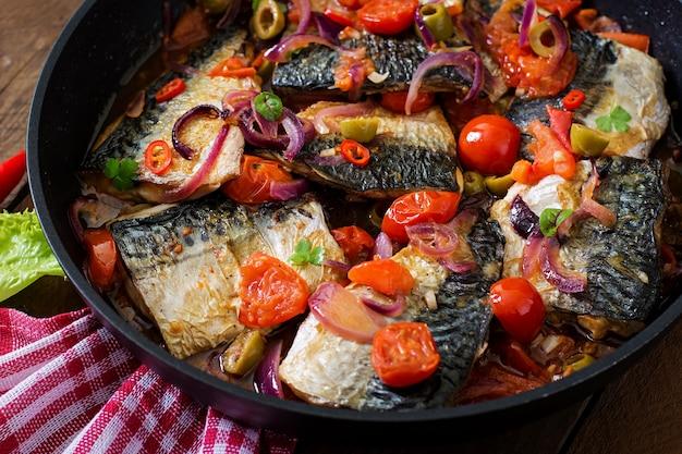 Скумбрия на гриле с овощами в средиземноморском стиле. вид сверху