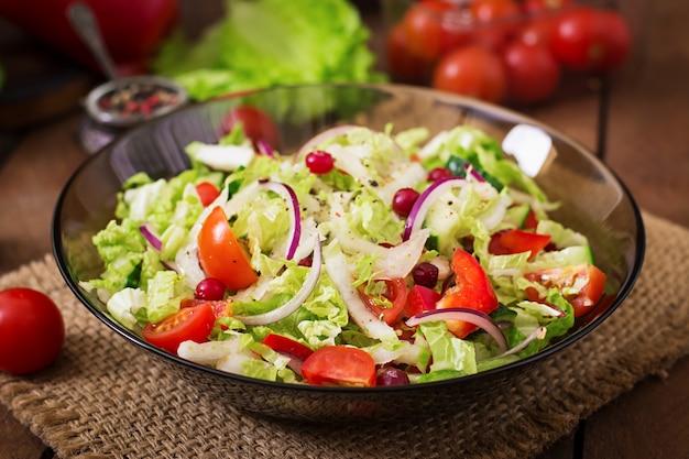 Диетический салат из свежих овощей (помидор, огурец, китайская капуста, красный лук и клюква)