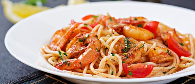 エビ、トマト、パセリのパスタスパゲッティ。健康食。イタリア料理。