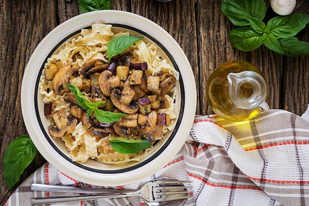 マッシュルームとナス、ナスのベジタリアンパスタ。イタリア料理。ビーガンミール。上面図。平干し。