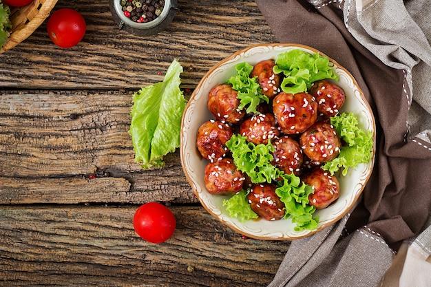 甘酸っぱいソースのミートボールと牛肉。アジア料理。上面図。平置き