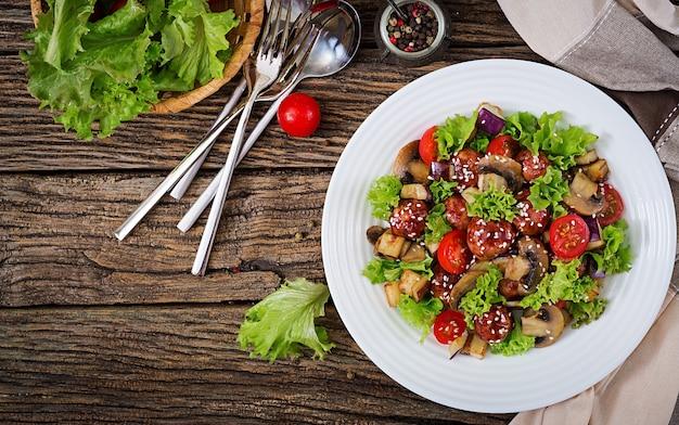 アジアンスタイルのミートボール、ナス、マッシュルーム、トマトのサラダ。健康食品。ダイエット食事。上面図。平干し。