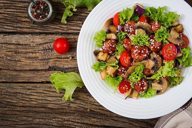アジアンスタイルのミートボール、ナス、マッシュルーム、トマトのサラダ。健康食品。ダイエット食事。
