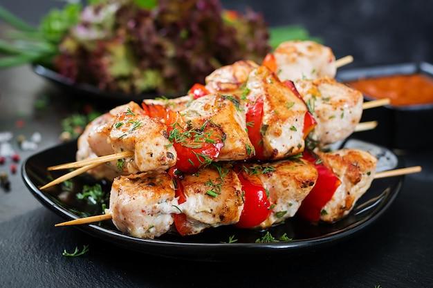 ピーマンとディルのスライスと鶏の串焼き。おいしい食べ物。週末の食事。