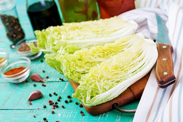 Китайская капуста. подготовка ингредиентов для кимчи капусты. традиционная корейская кухня.