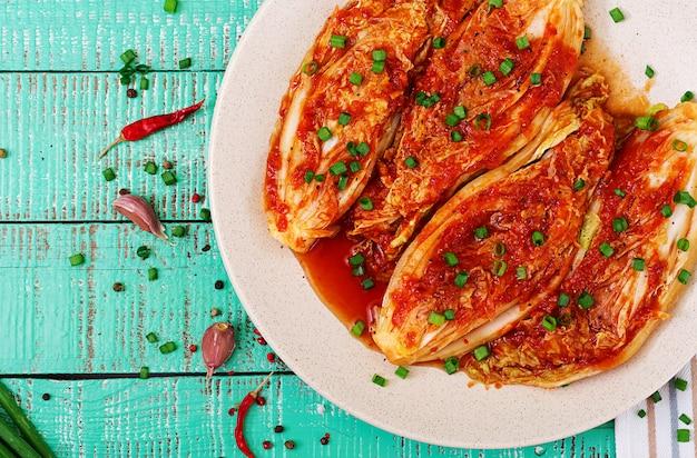 Китайская капуста. кимчи капуста. корейская традиционная еда. вид сверху. плоская планировка