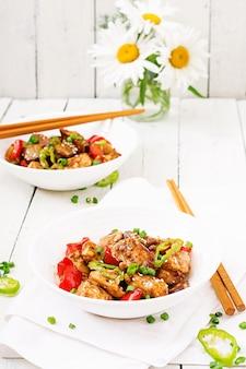 自家製のカンパオチキンとピーマンと野菜。中華料理。炒める。